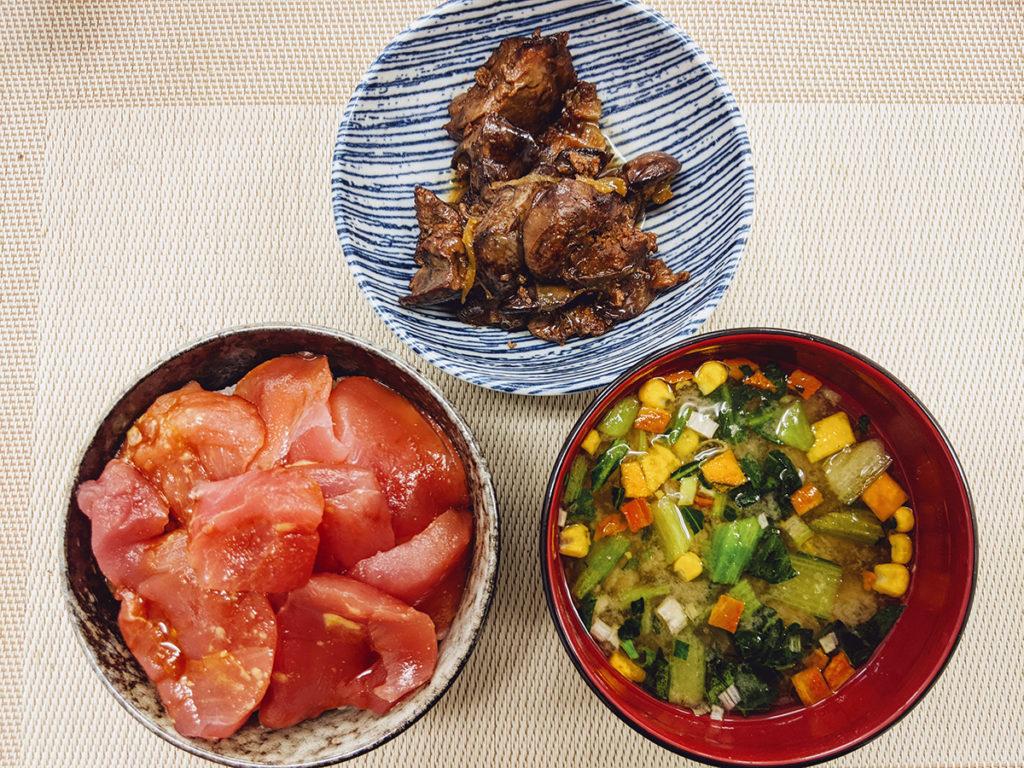 マグロ丼と鶏モツ煮込みの昼食